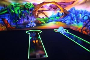 Schwarzlichtbild des 3D Minigolfs